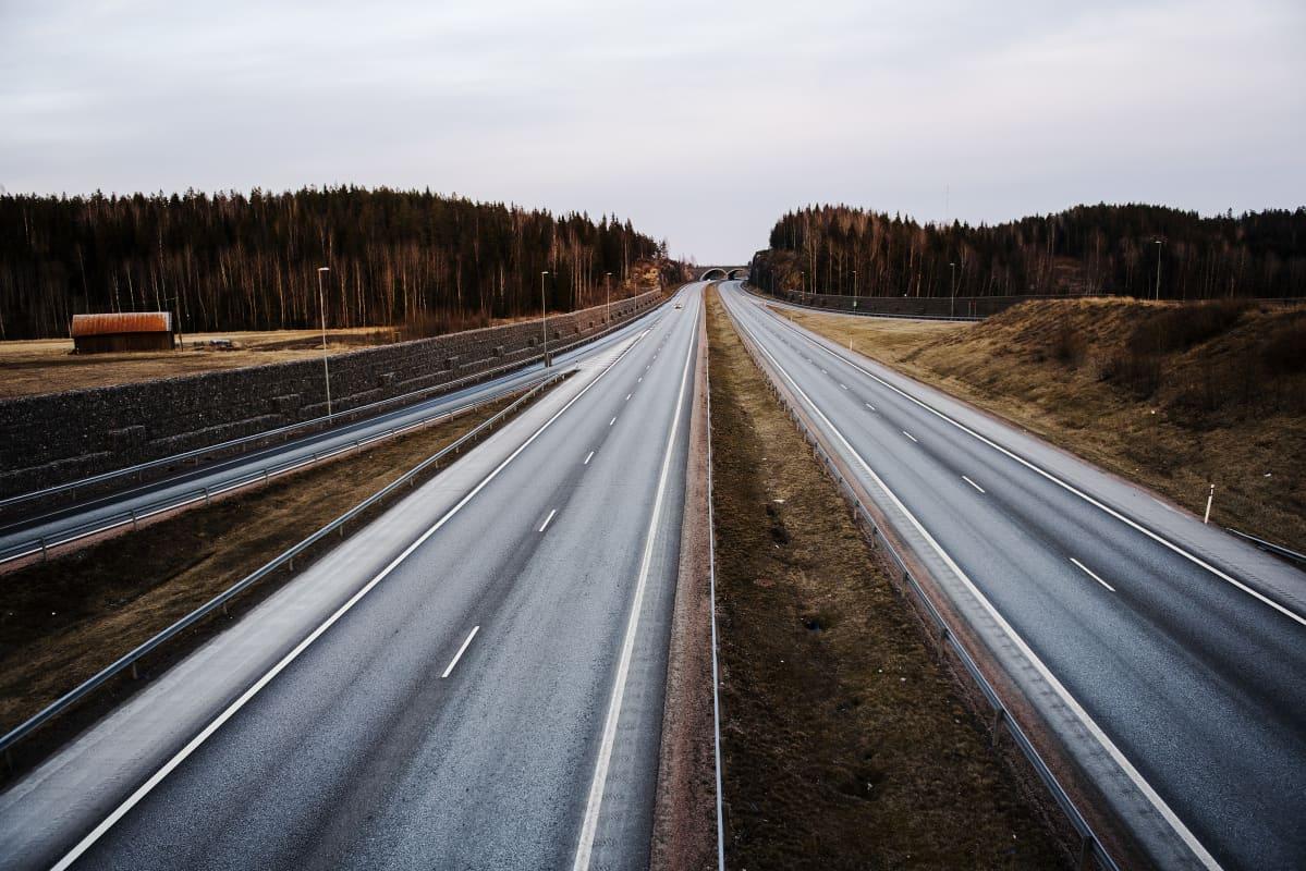 Kuvassa on lähes tyhjä moottoritie.