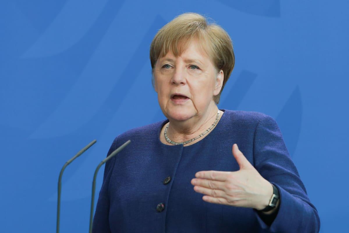 Liittokansleri Angela Merkel tiedotustilaisuudessa Berliinissä maanantaina.