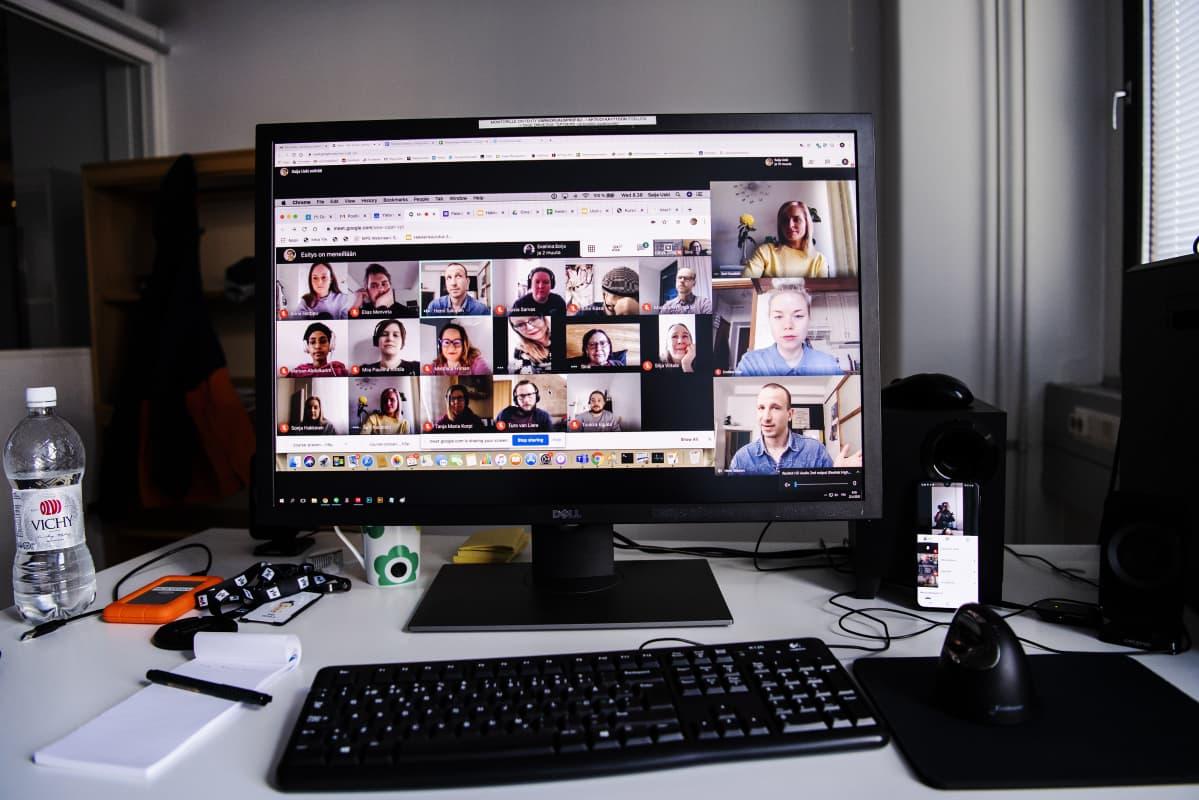 Kuvassa on tietokoneen näyttö, näytöllä on käynnissä etäkoulutus.
