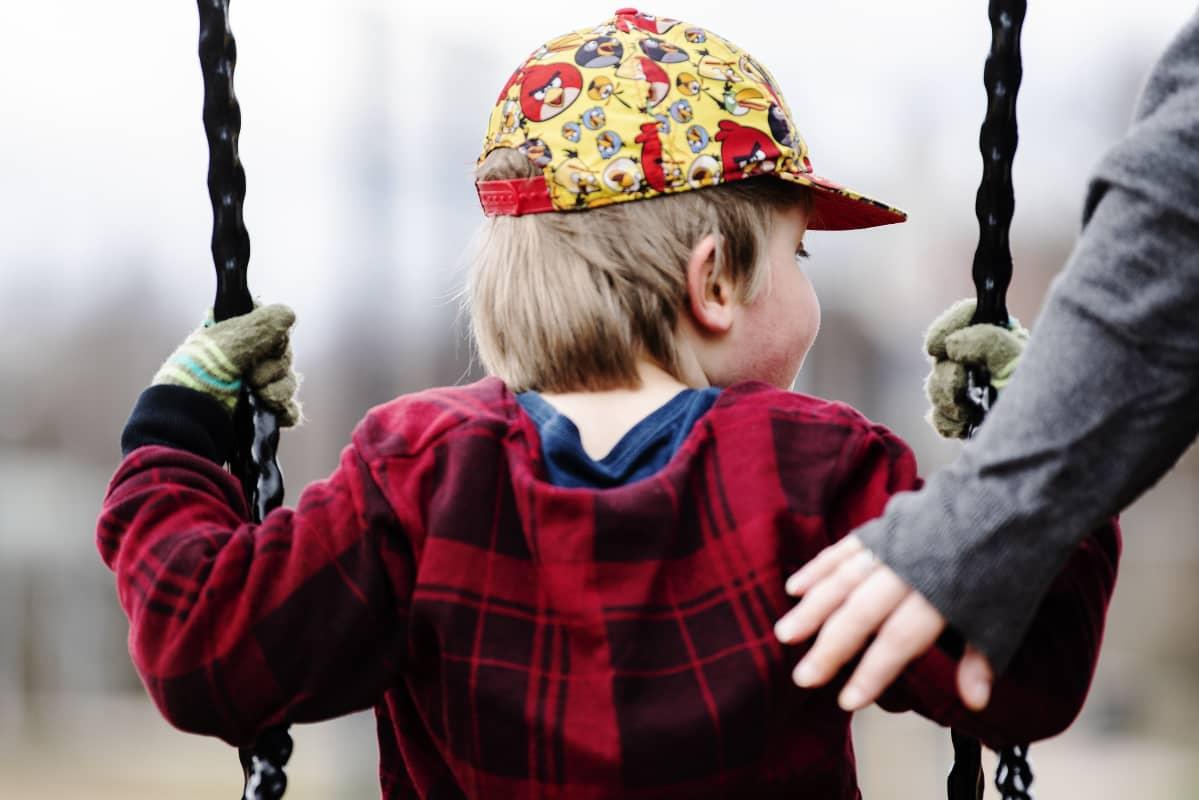 Kuvassa lapset leikkivät leikkipuistossa Helsingissä.