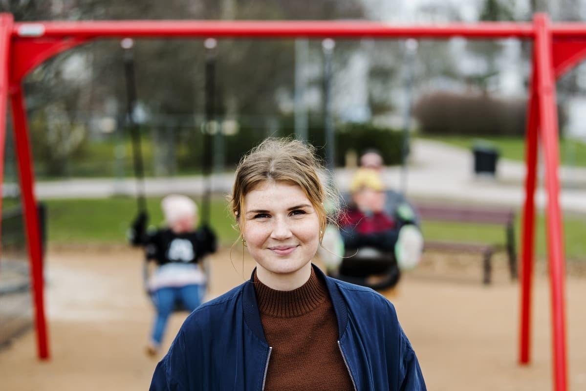 Kuvassa on lastensuojelun sosiaaliohjaaja Amanda Ilkka.