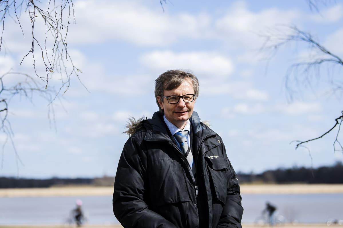Kuvassa on THL:n Heikki Hiilamo.
