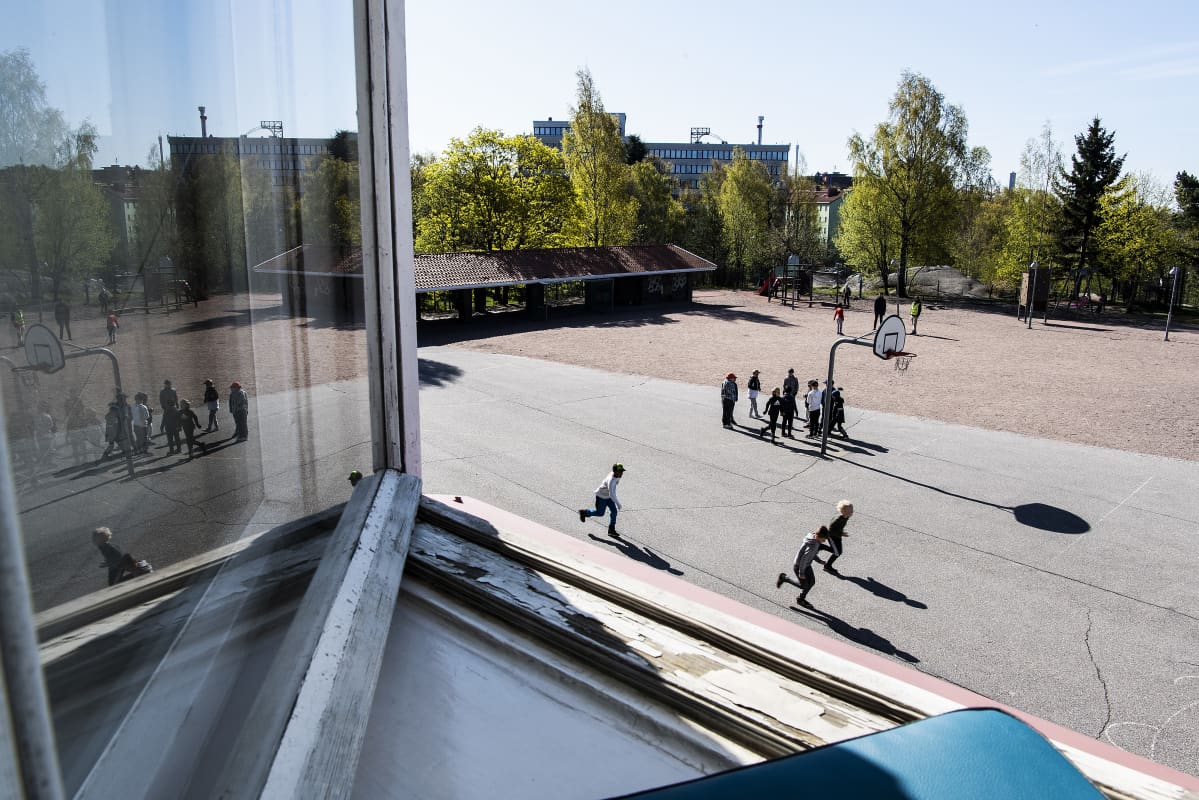 Kuvassa on näkymä ulos luokan ikkunasta.