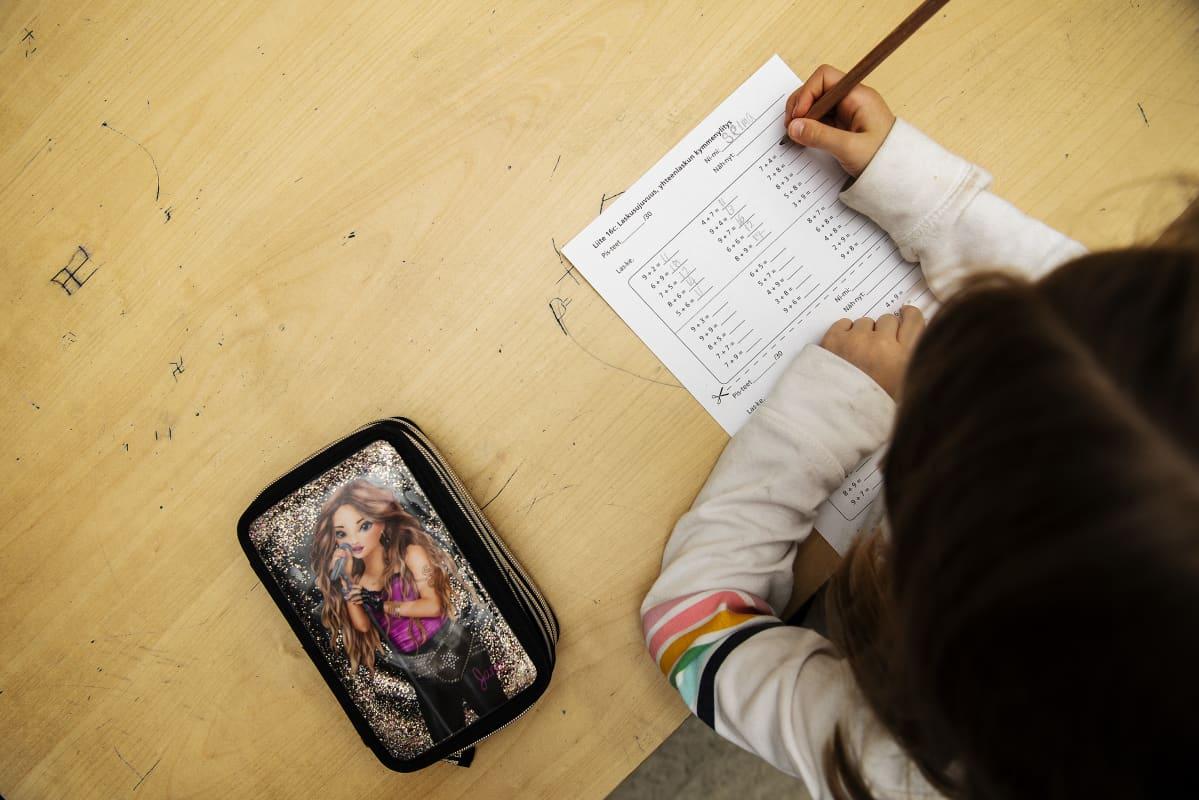 Kuvassa Selma Pihlaja tekee matematiikan tehtäviä.