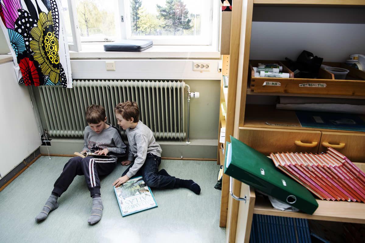 Kuvassa Matias Siltanen ja Alvar Canamasas lukevat lounaan jälkeisellä tauolla.