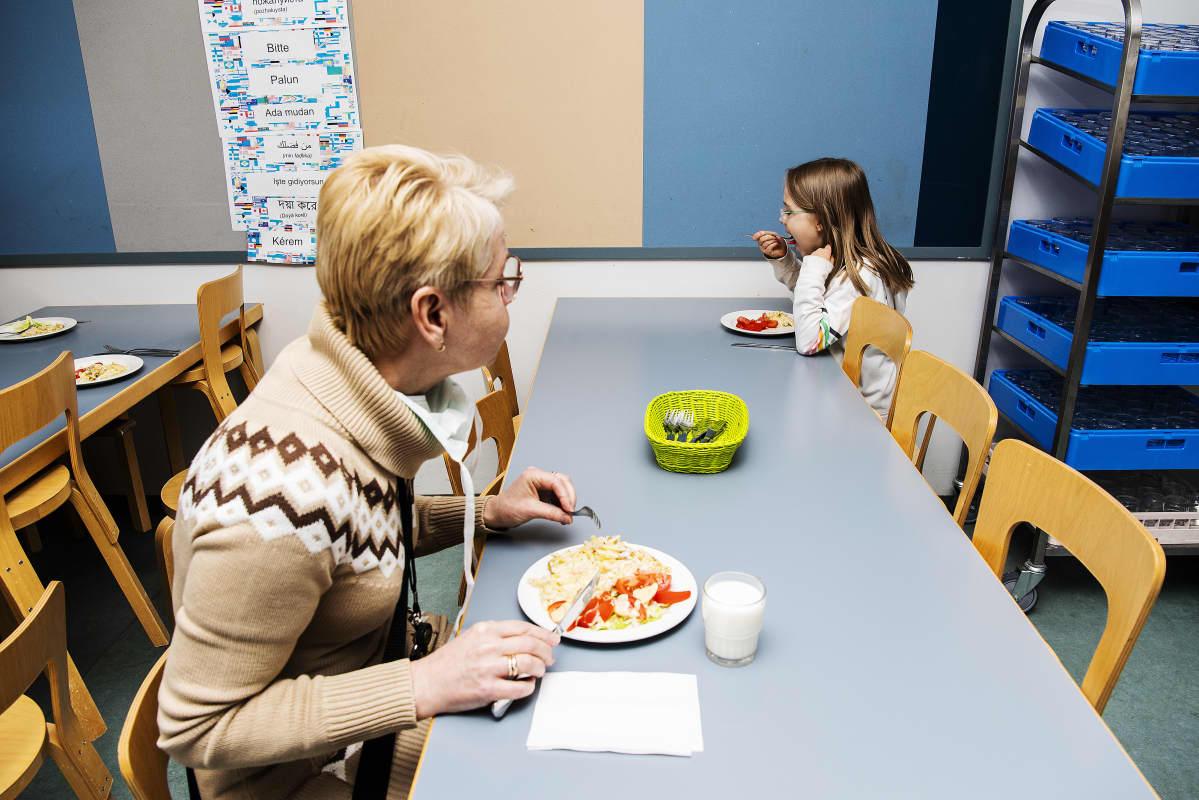 Kuvassa Diana Popp ja Selma Pihlaja syövät kouluruokalassa.