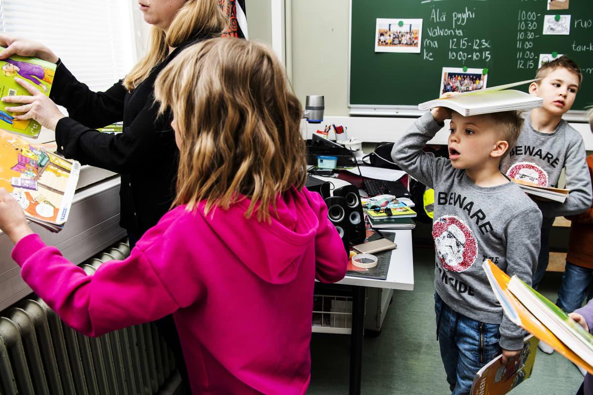 Kuvassa Ossian Eskelinen palauttaa kirjoja opettajalleen.