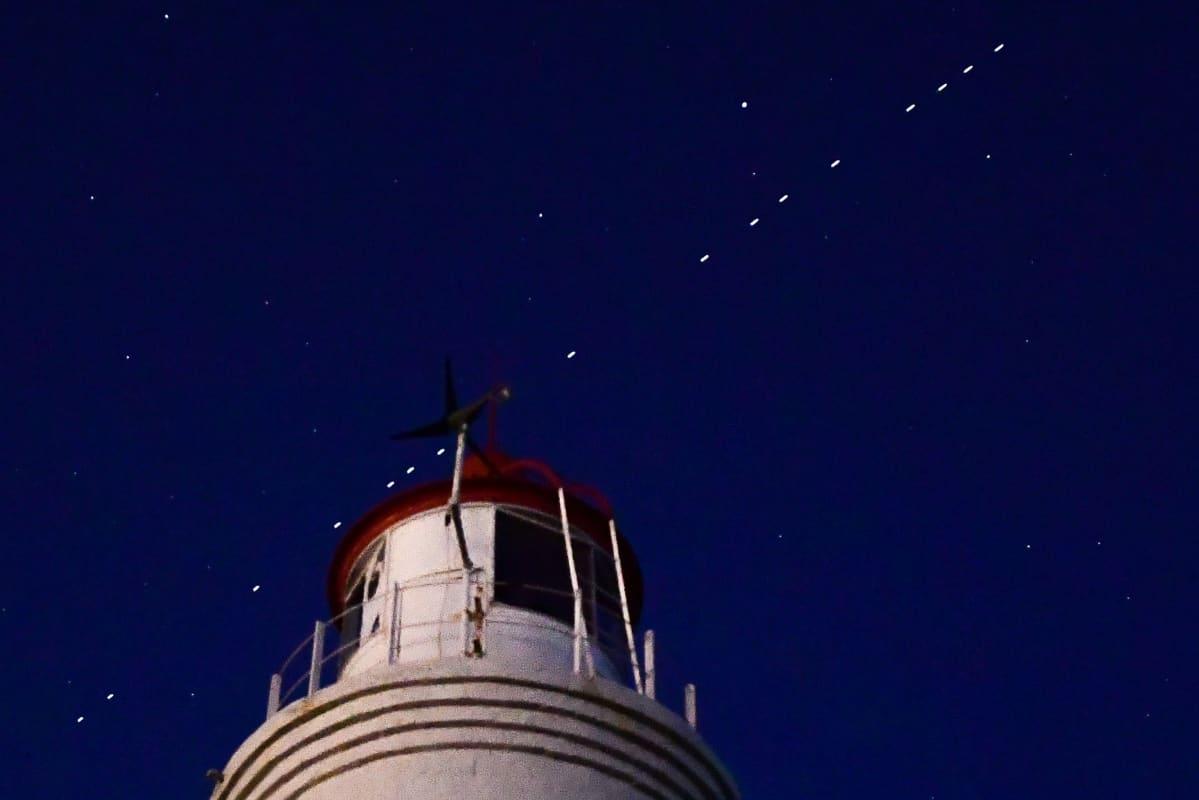 Vladivostokissa Venäjällä näkyi yötaivaalla avaruusyhtiö SpaceX:n laukaisemia Starlink-satelliitteja. Tähtitieteilijät ovat huolissaan siitä, että uudet kirkkaat satelliitit heikentävät kykyä nähdä tähdet.
