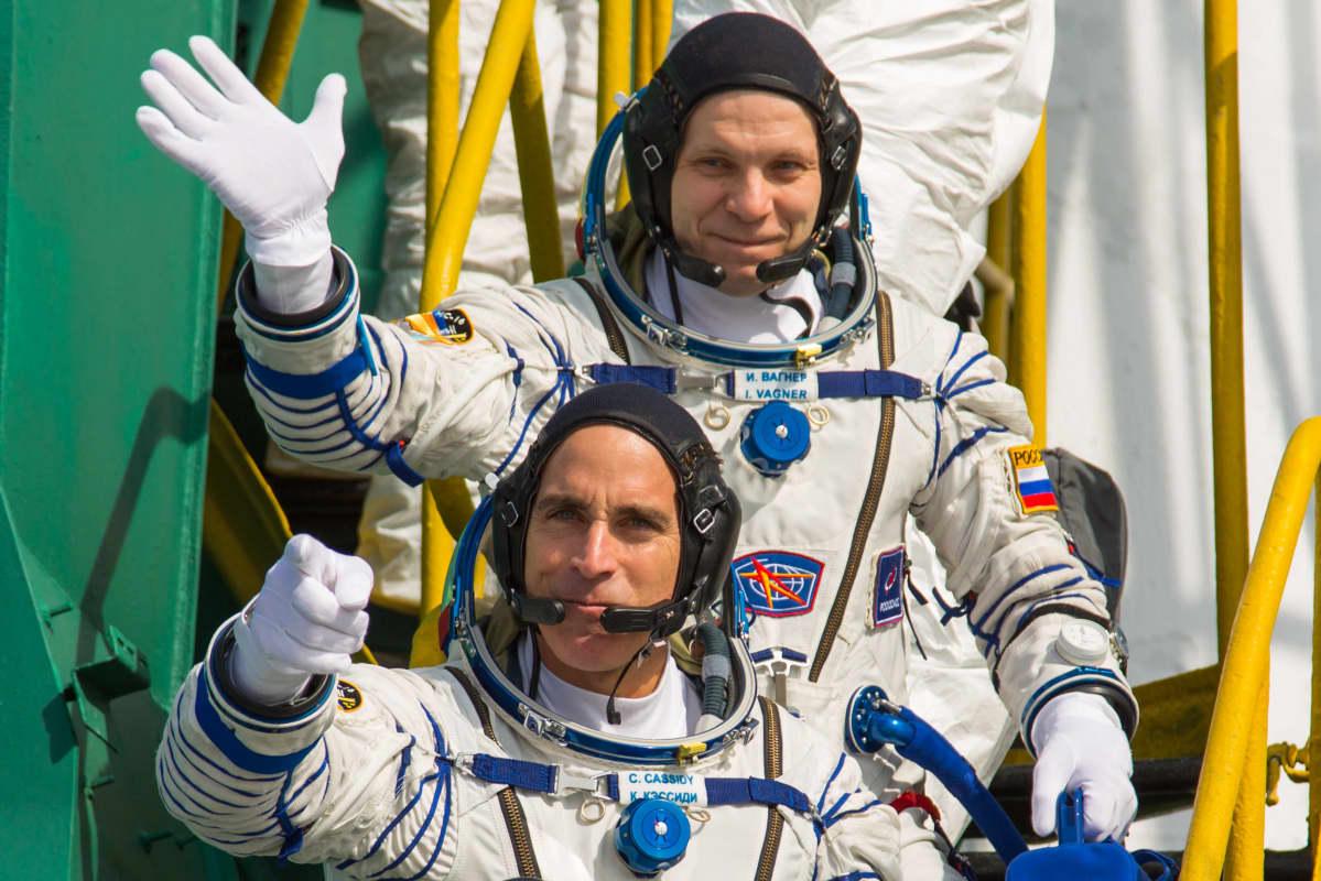 Nasan astronautti Christopher Cassidy (edessä) ja Roscosmosin kosmonautti Ivan Vagner poseerasivat ennen lähtöä ISS:lle 9. huhtikuuta 2020.