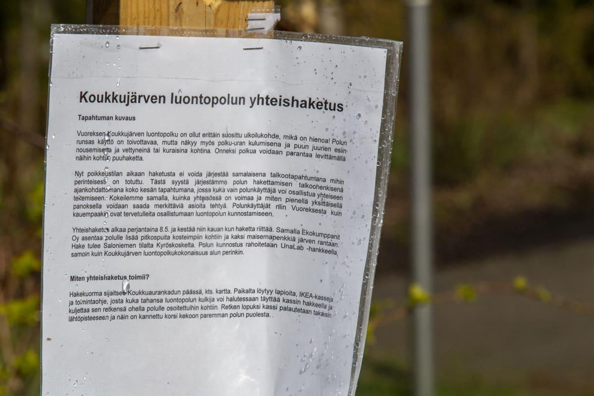 Koukkujärven luontopolun yhteishaketuksesta kertova esite
