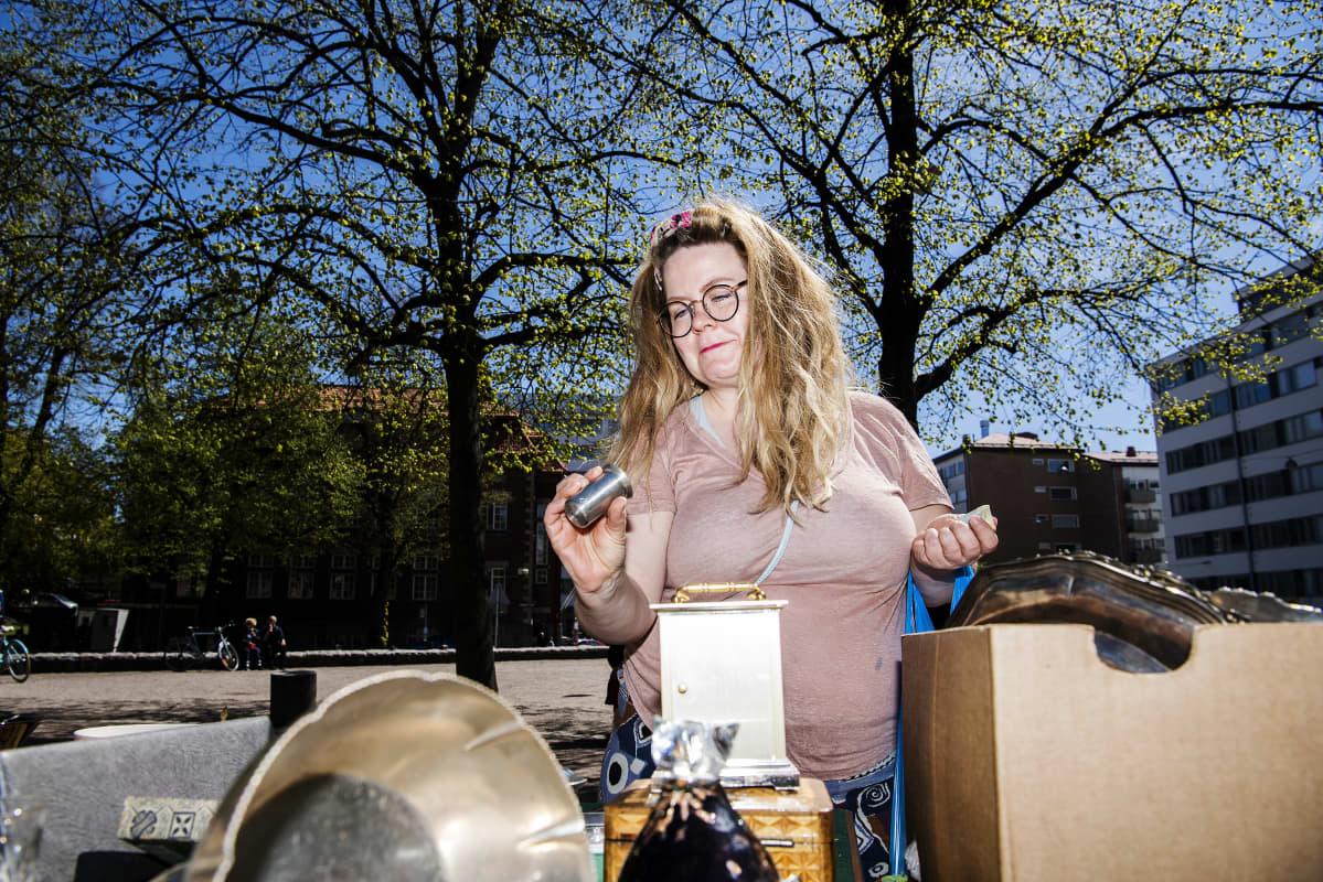 Kuvassa on lauantaina Karhupuistossa löytöjä tehnyt Alina Mänttäri.