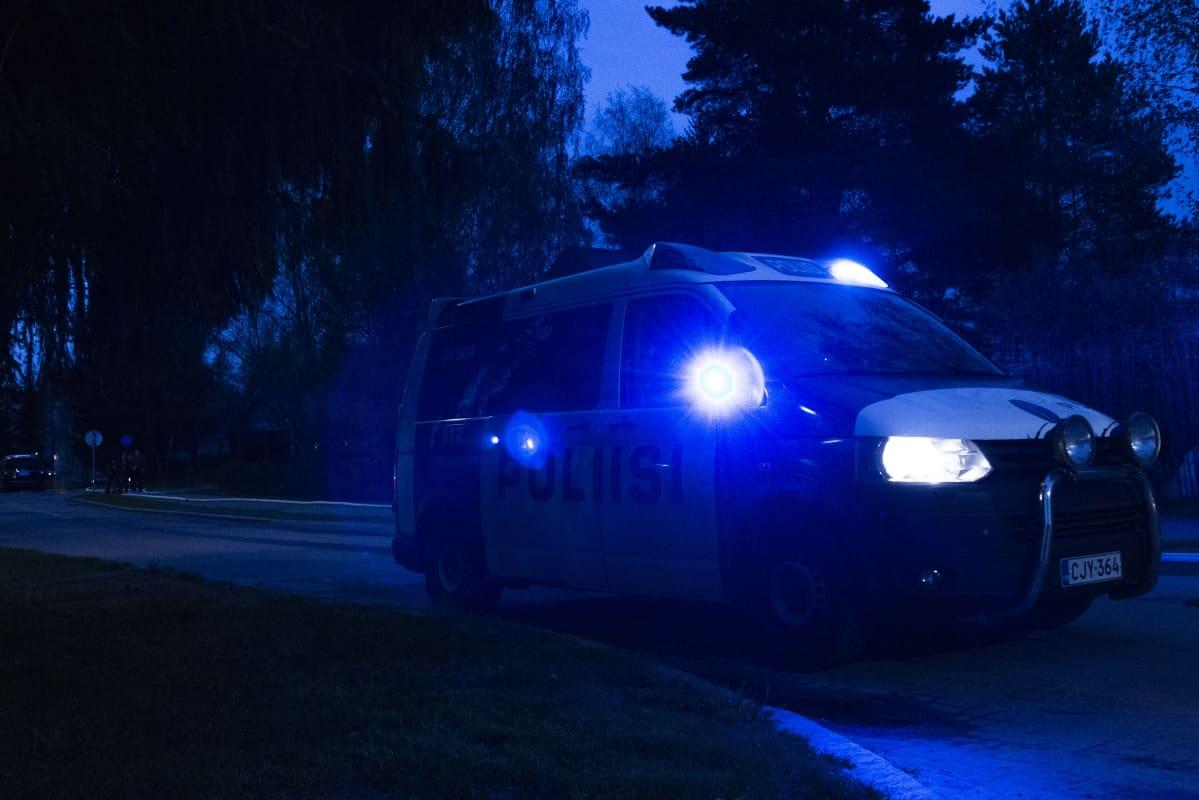 Poliisiauto hälytysvalot päällä