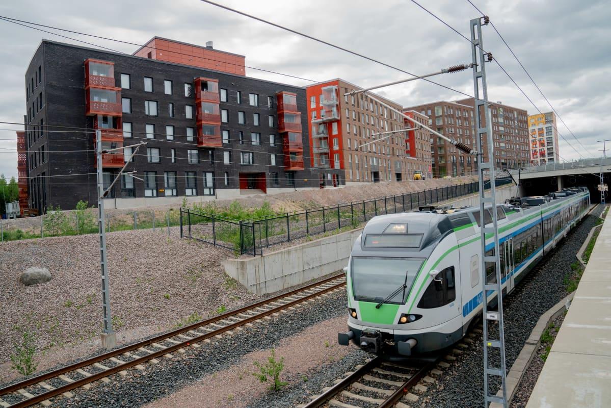 Vantaan Kivistö. Juna-aseman ympärille noussut asuinalue laajenee lähivuosina vielä lisää. Palvelut laahaavat myöhässä.