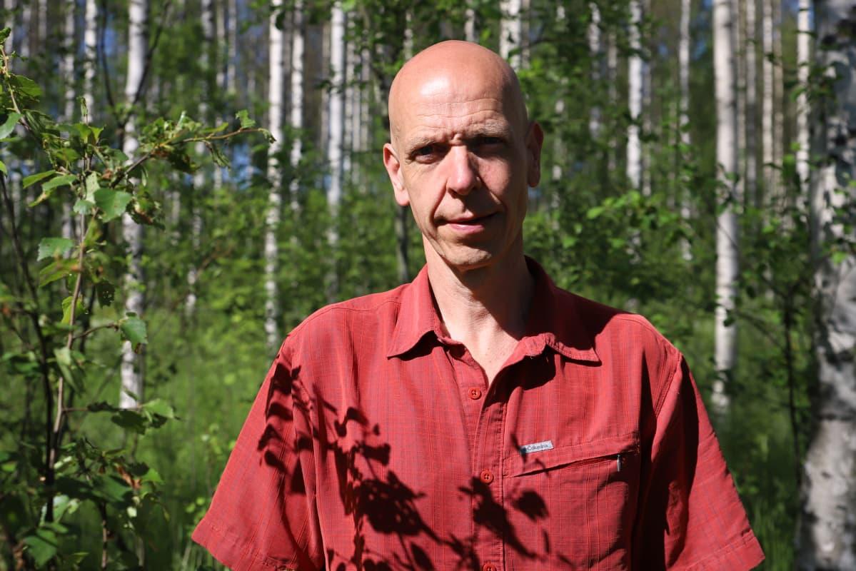Pekka Kuitunen metsässä Jaalassa.