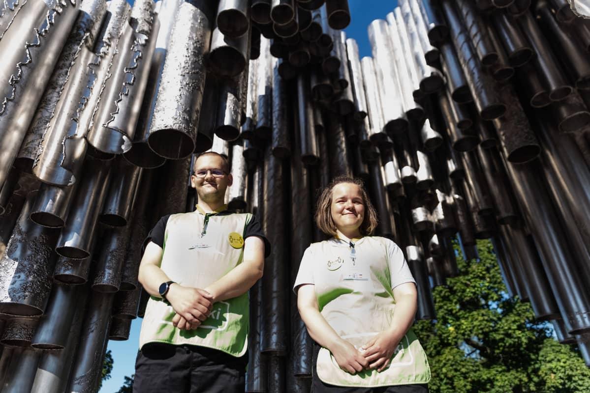 Sofia Lindblom ja Niklas Strömberg opastavat turisteja Sibelius-monumentilla.