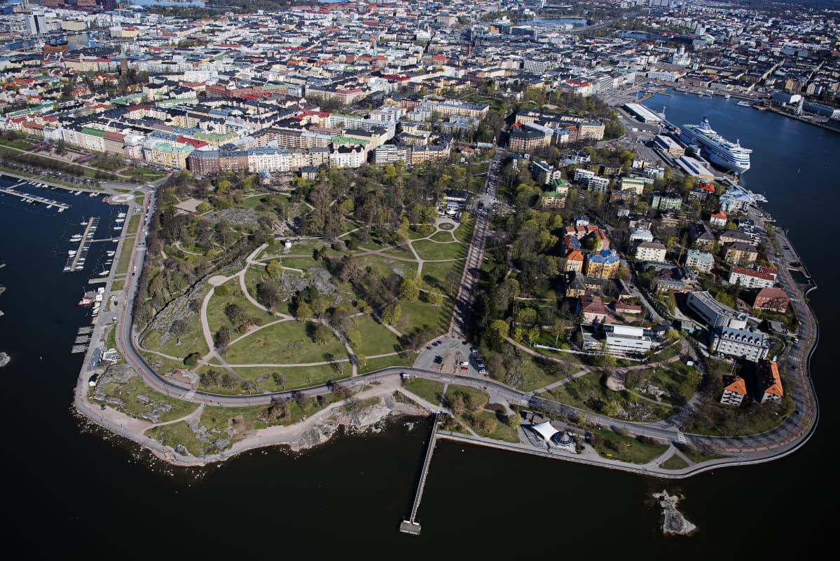 Kuvassa on Helsingin Kaivopuisto toukokuussa 2020.