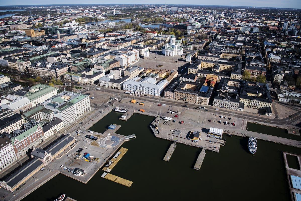 Ilmakuvassa on Helsingin Tuomiokirkko ja Kauppatori toukokuussa 2020.