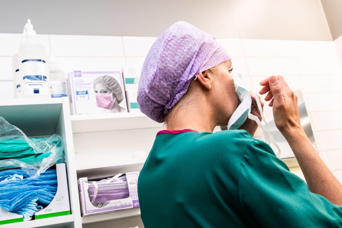 Lotta Lantto leikkausalihoitaja Jorvin sairaalan Anestesia- ja leikkausosasto K:lla.