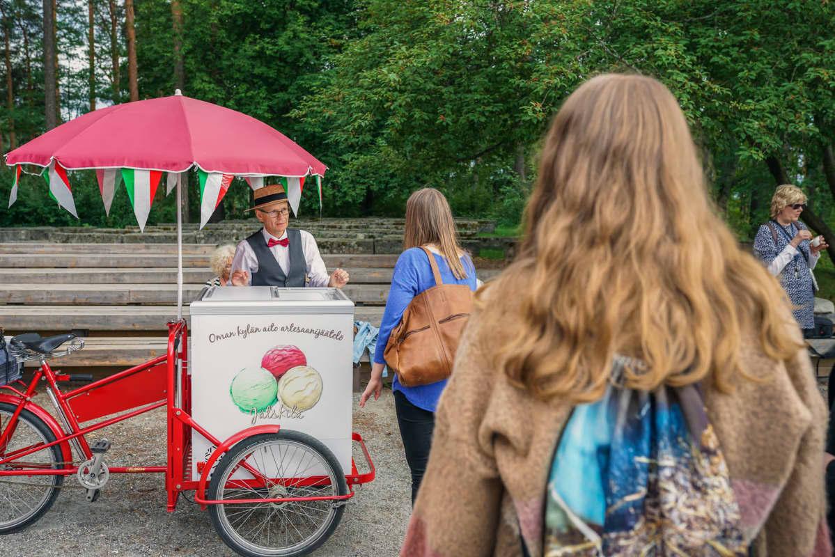 Vesku Vasankari tarjoilee jäätelöä ihmisille.