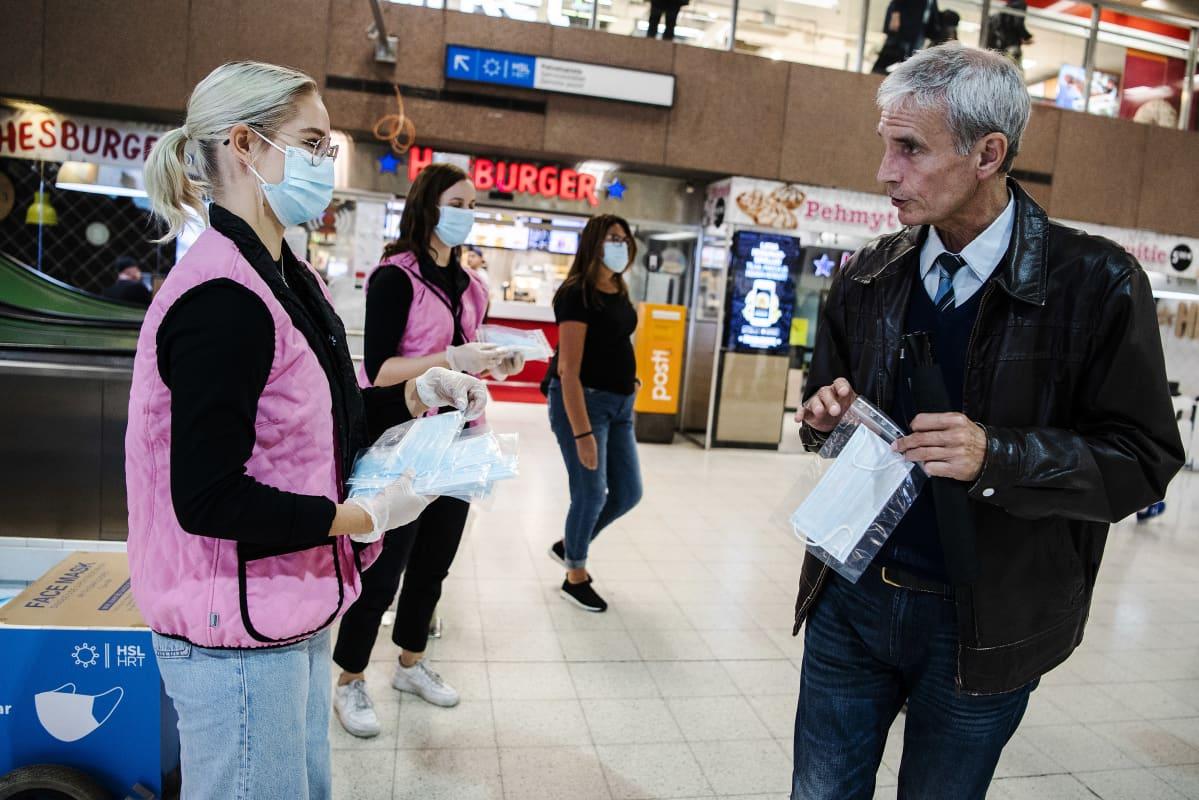 Kuvassa Helsingin päärautatieasemalla on käynnissä tempaus, jossa HSL jakoi ilmaisi maskeja ihmisille elokuussa 2020.