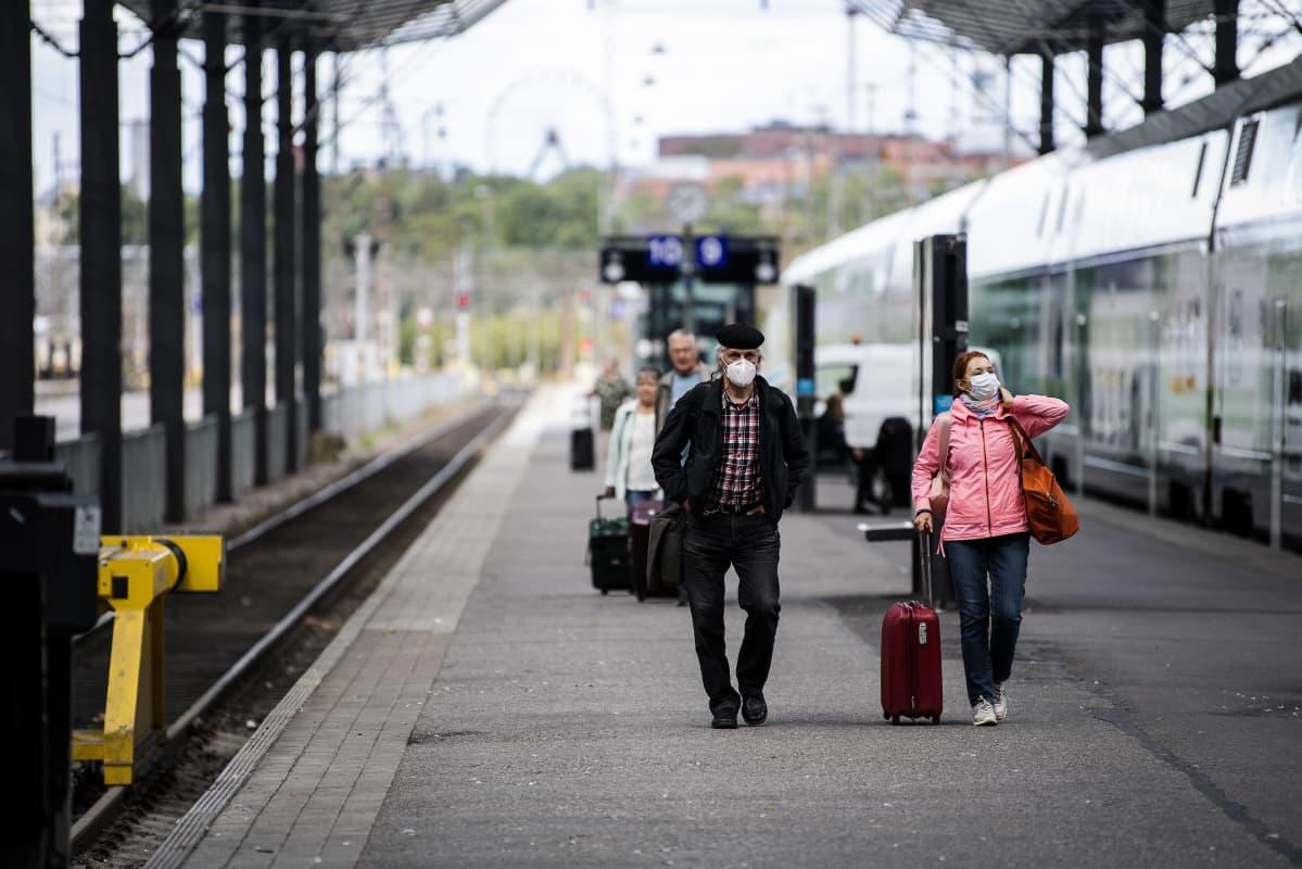 Kuvassa on ihmisiä Helsingin päärautatieasemalla elokuussa 2020.