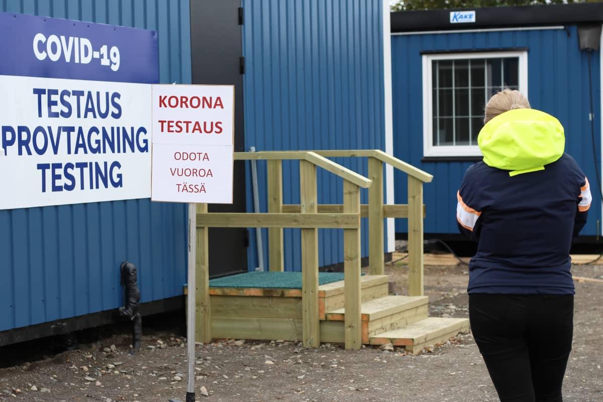 Nainen jonottamassa koronatestaukseen Tornion rajatarkastuspisteellä