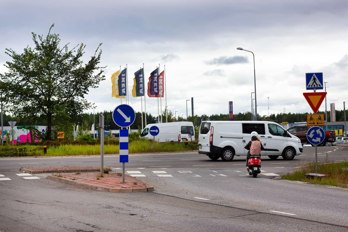 Kuninkojantien kaksikaistainen liikenneympyrä on aivan Raision Ikean edessä.