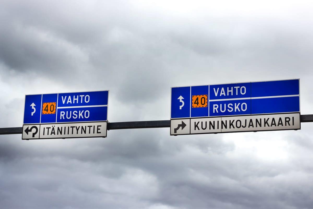Kuninkojantien liikenneympyrästä pääsee erkanemaan vasemmalta kaistalta Itäniityntielle ja oikealta Kuninkojankaarelle.