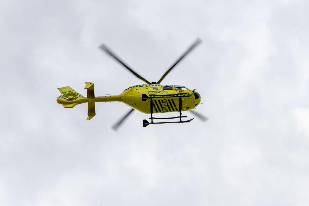 FinnHEMS pelastushelikopteri ilmassa