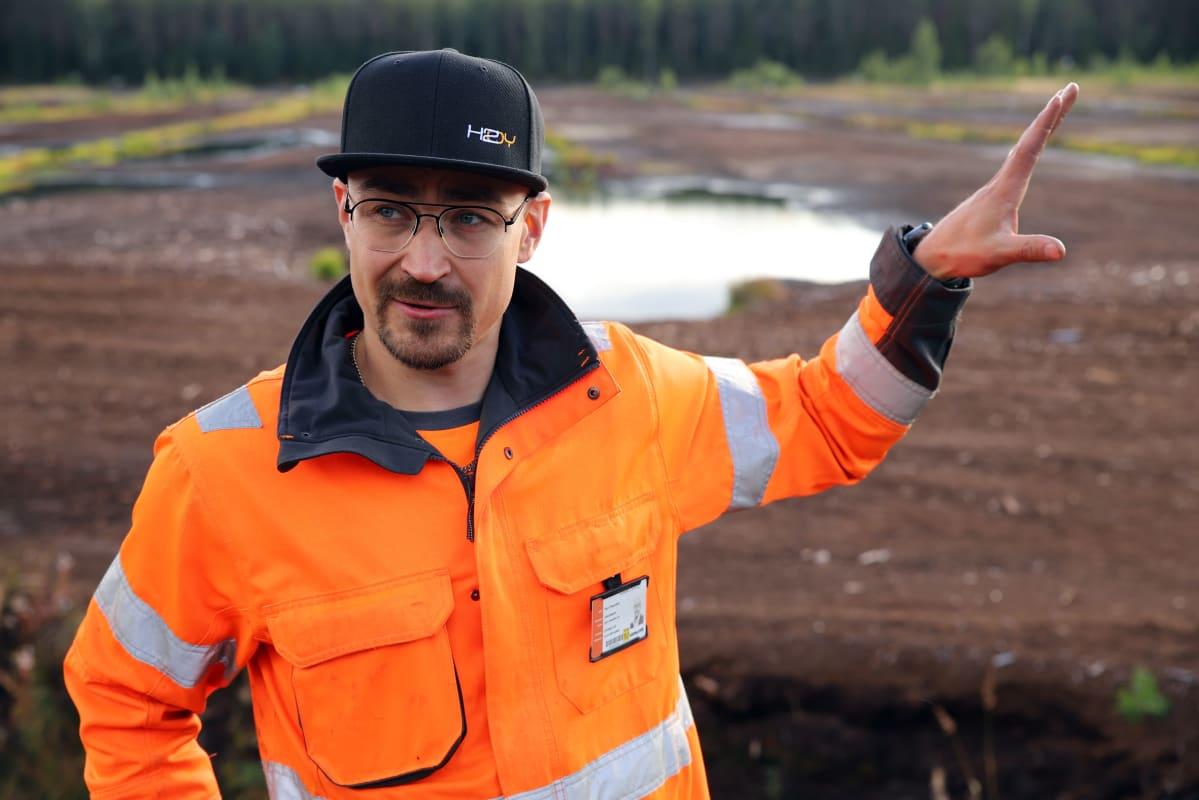 HK-Energian toimitusjohtaja Harri Haavikko turvesuolla.