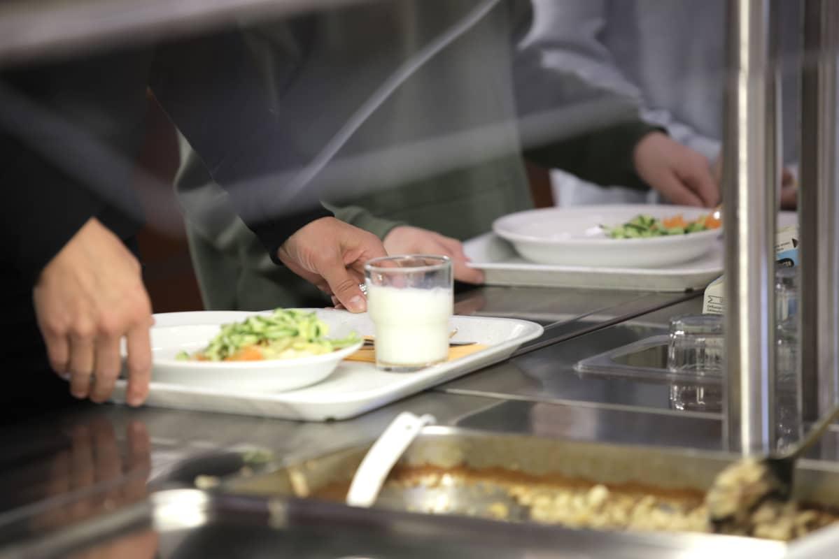 Salaattia lautasella koulun ruokalan linjastolla