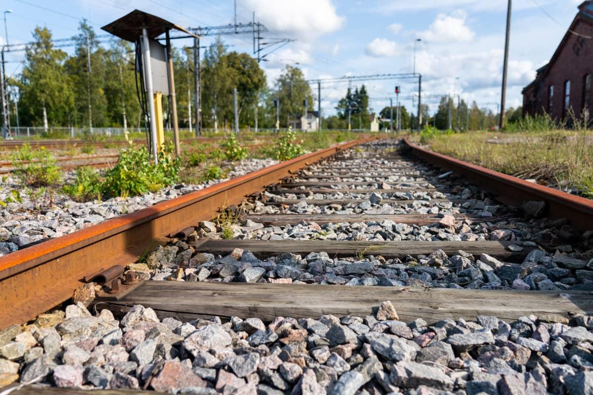 Puiset junaraiteiden ratapölkyt.