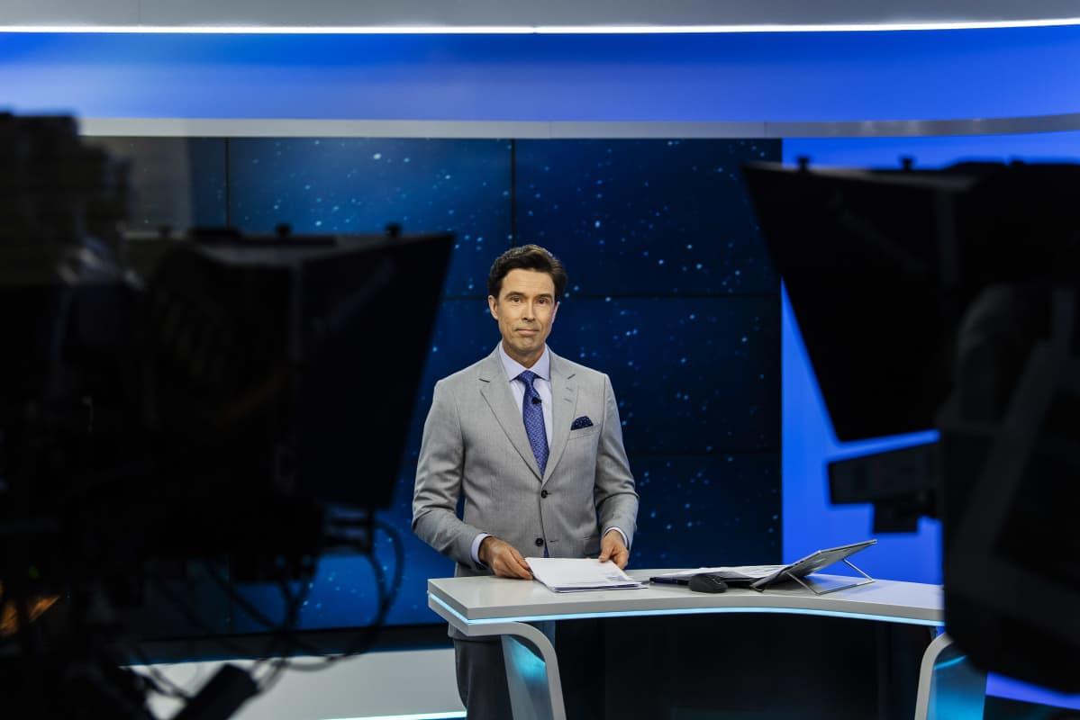 Ylen studiossa on Jussi-Pekka Rantanen, joka juonsi Ylen 20.30-uutislähetyksen syyskuisena maanantaina vuonna 2020.