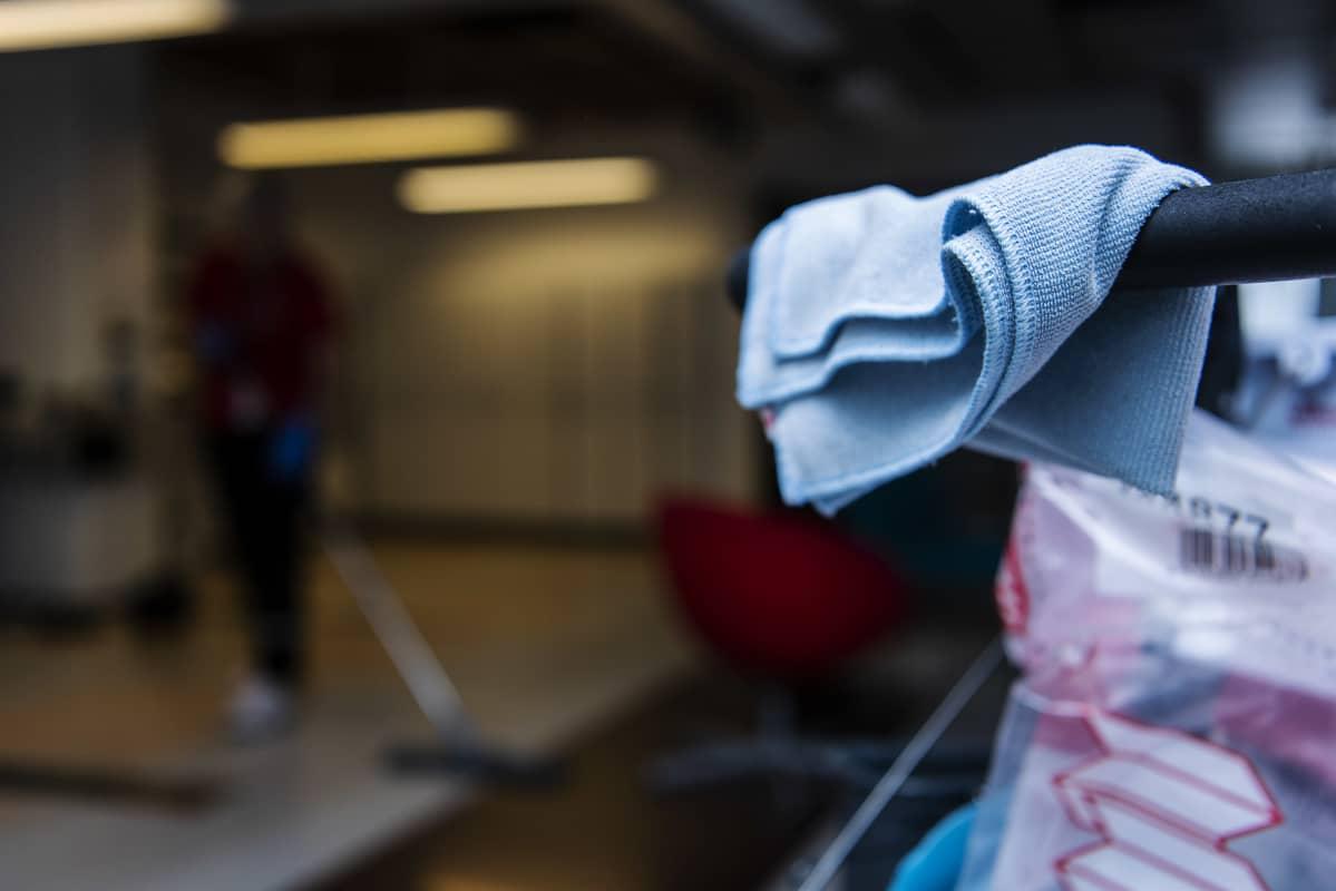 Kuvituskuvassa on siistijä työssään toimistotiloissa Helsingissä elokuussa 2020.