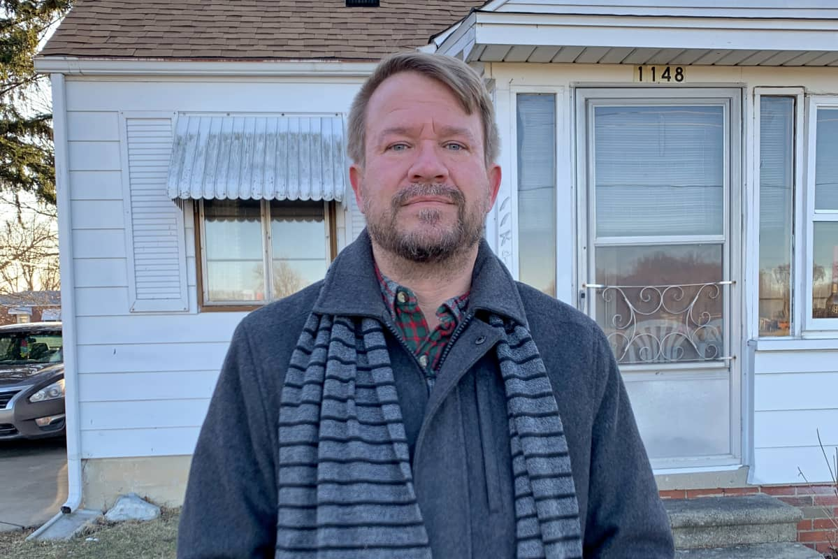 Puolikuvassa Matt Bunkelman talonsa edessä Monroessa
