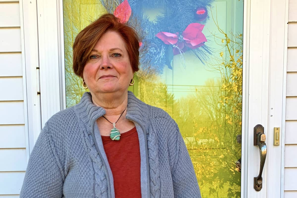 Nadine Maurer seisoo kotinsa ulko-ovella
