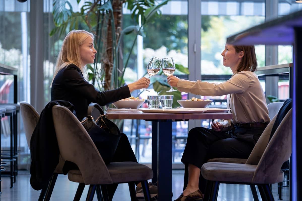 Tytti Hast ja Iris Ollila syövät lounasta ravintola Teatterissa.