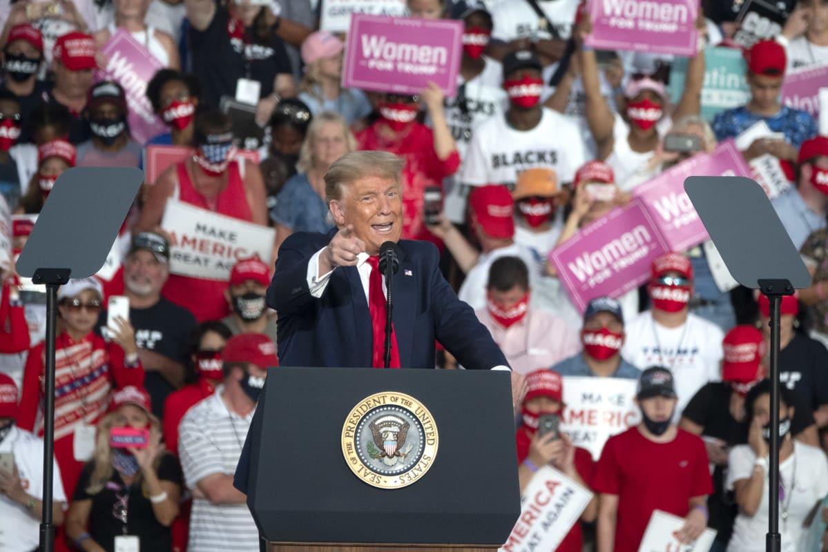 Donald Trump vaalitilaisuudessaan Floridassa Sanfordin lentokentällä.