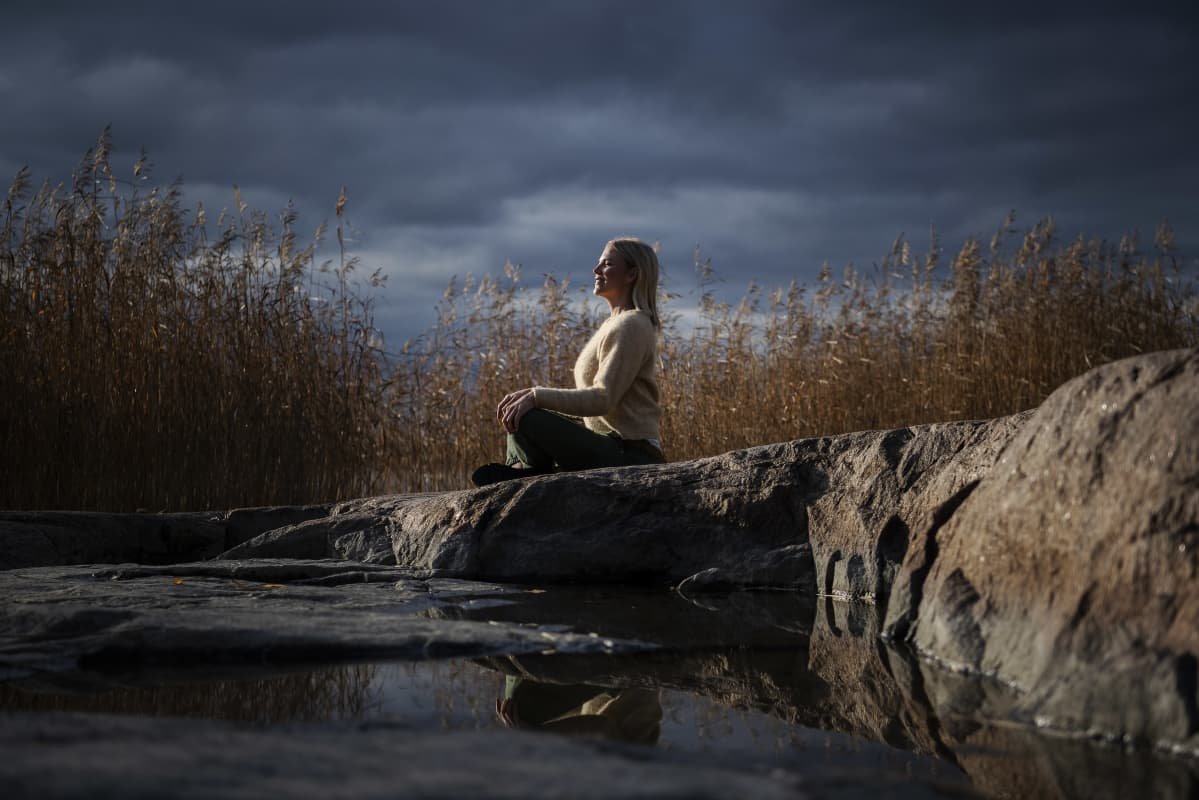Kuvassa on yrittäjä Emilia Vuorisalmi meren rannalla Helsingissä lokakuussa 2020.