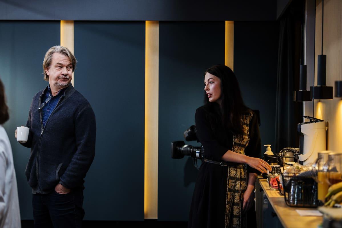 Kuvassa ovat toimittajat Saska Saarikoski ja Tuija Siltamäki Ylen tiloissa Pasilassa 24. lokakuuta 2020.