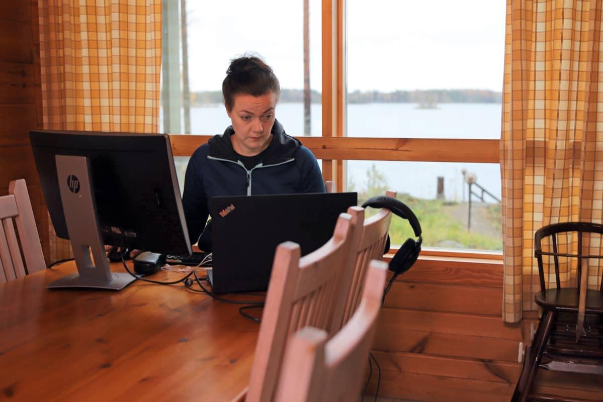 Oululainen Johanna Kahelin on tehnyt etätöitä Savonlinnan Oravissa