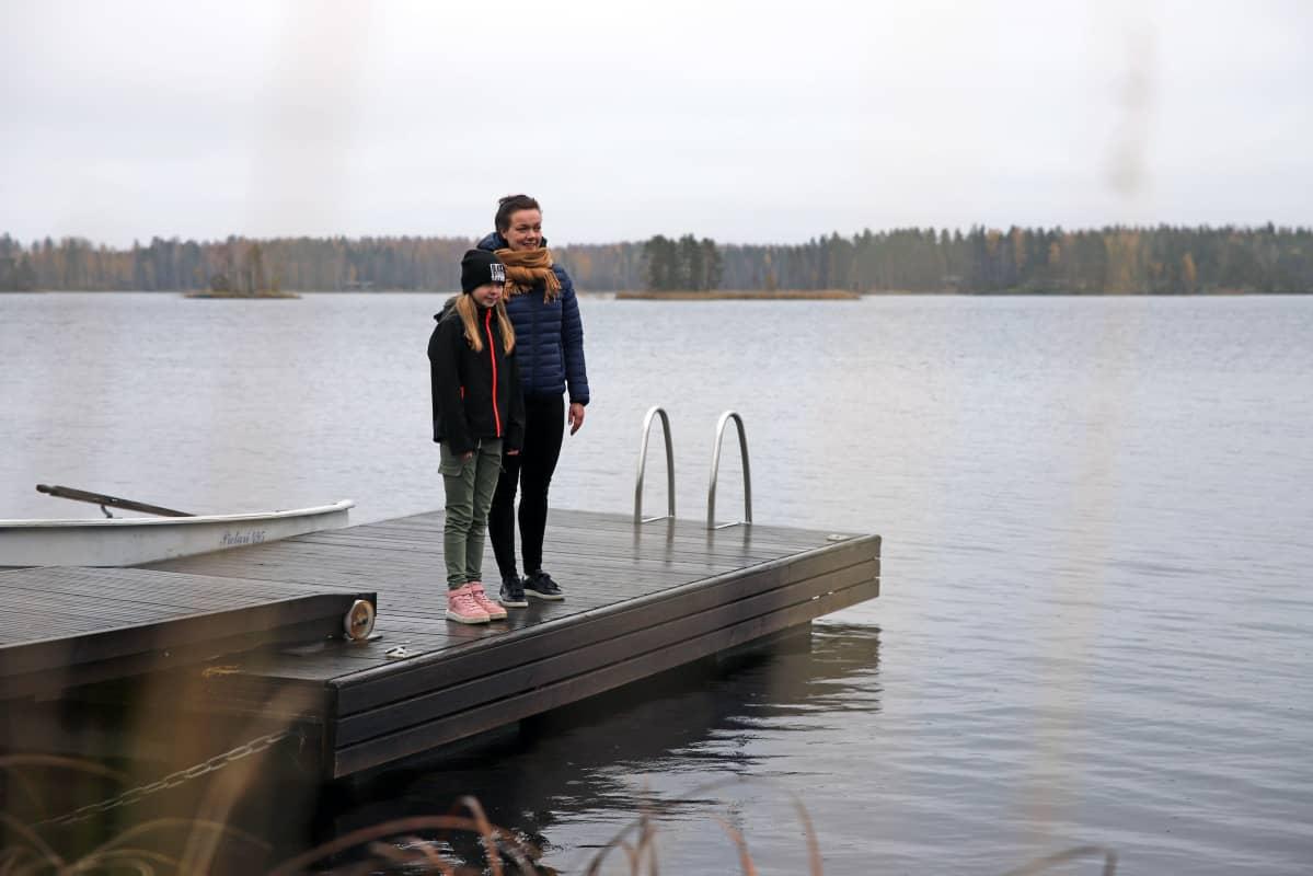 Oululainen Johanna Kahelin ja hänen tyttärensä Erin Kleemola laiturilla Savonlinnan Oravissa