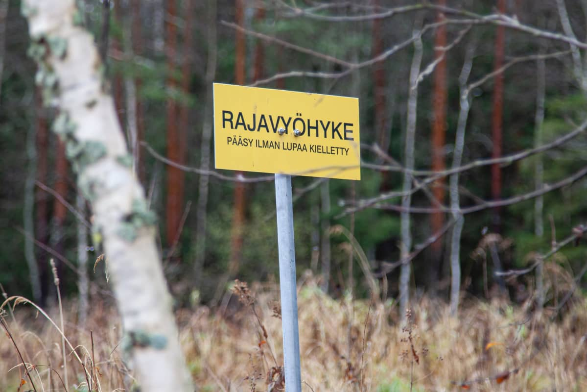 Rajavyöhyke -kyltti Ylämaalla.