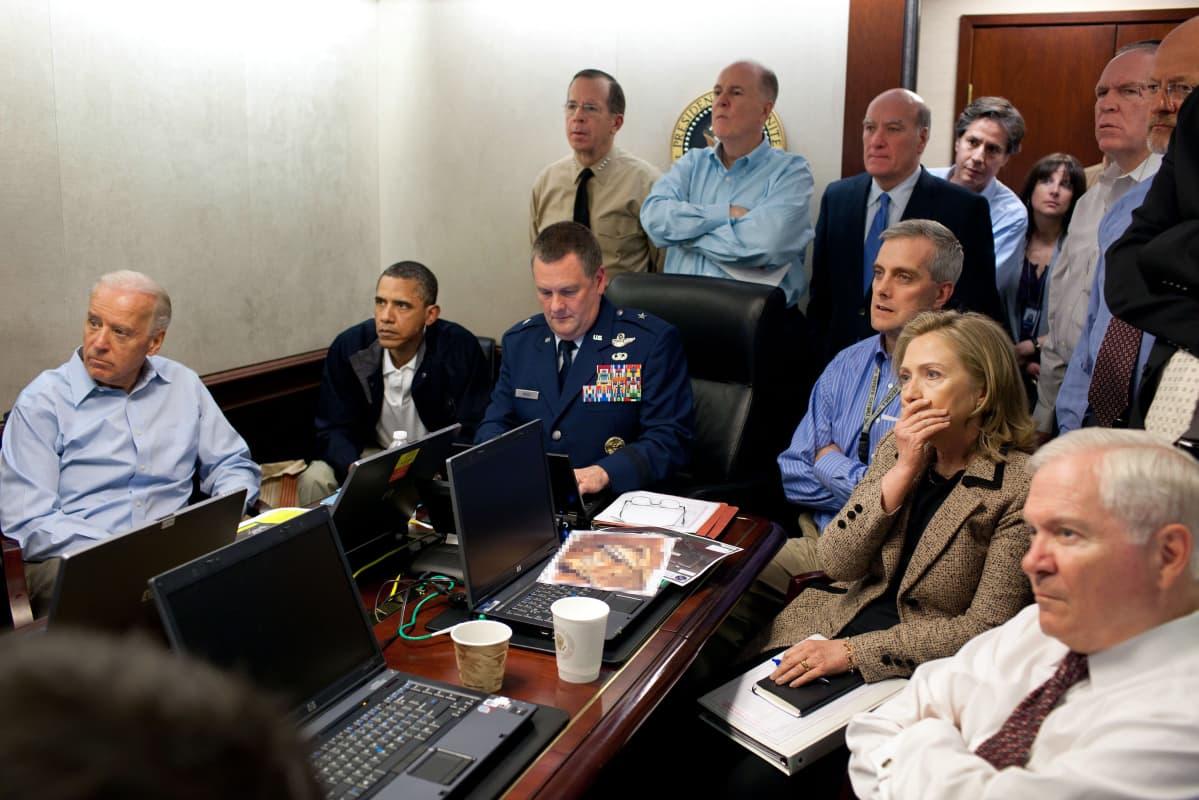 Presidentti Barack Obama, Joe Biden, Hillary Clinton ja joukko muista seuraa vakavana tietoja iskusta, jossa USA:n erikoisjoukot surmasivat Osama bin Ladenin.
