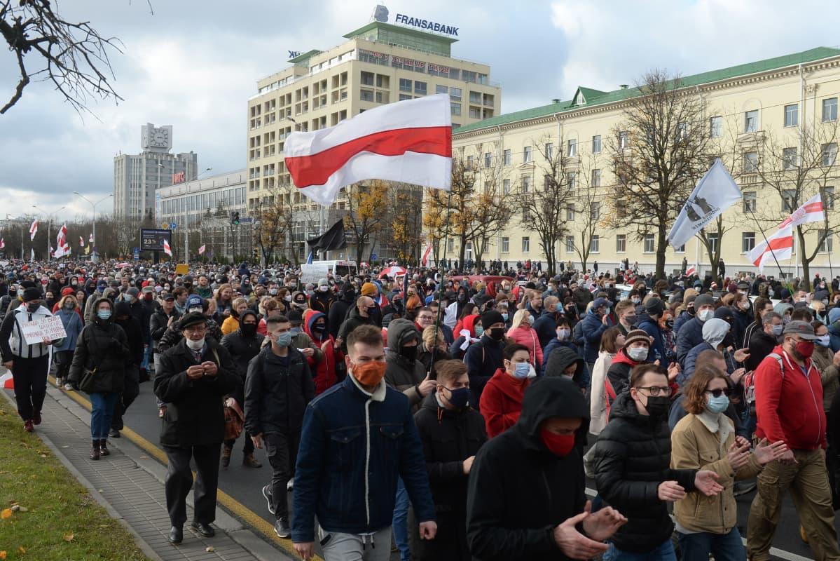 Tuhannet mielenosoittajat marssivat presidentti Aljaksandr Lukašenkaa vastustavassa mielenosoituksessa Minskissä 1. marraskuuta 2020..