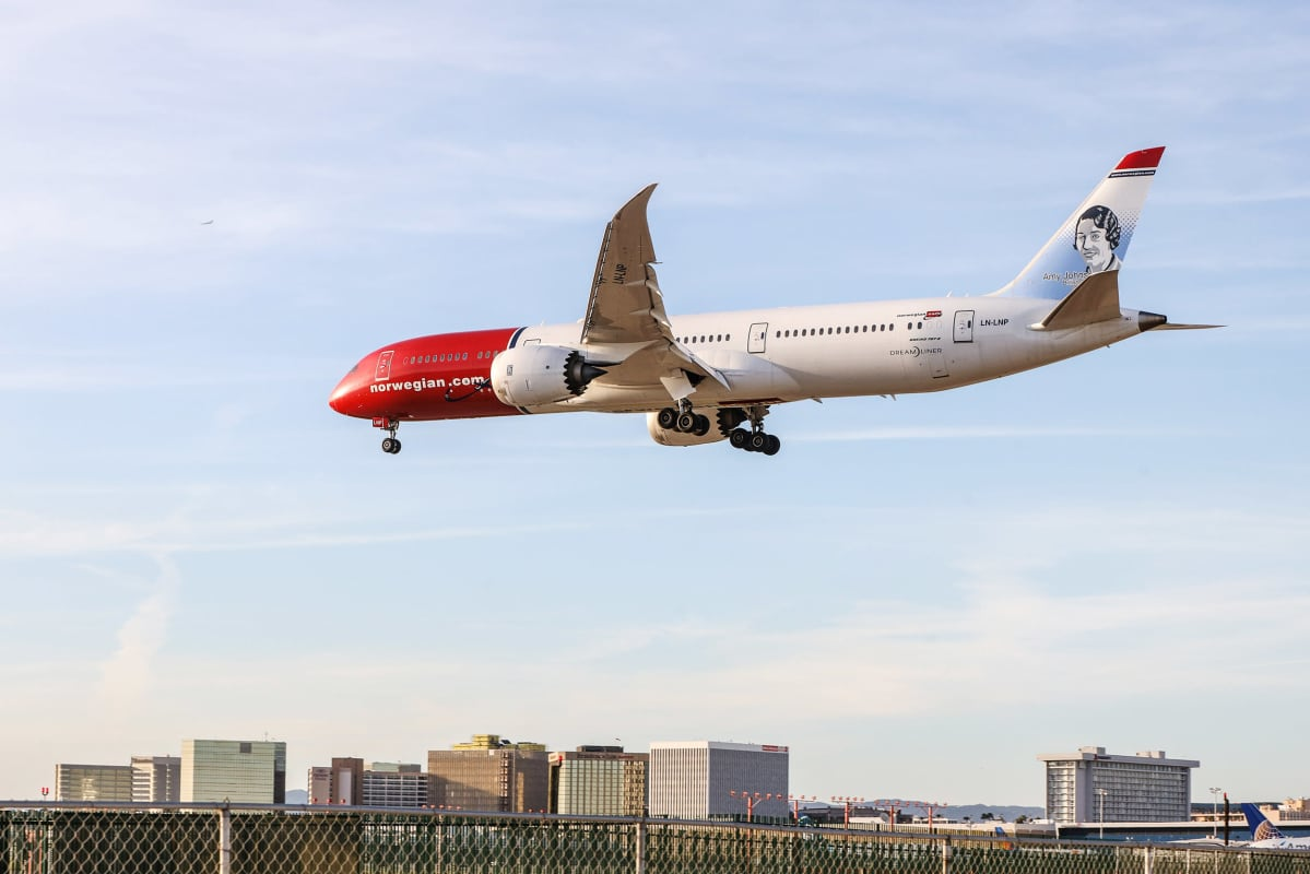 Norwegians Boeing 787 -kone laskeutumassa Los Angelesin lentoasemalle.