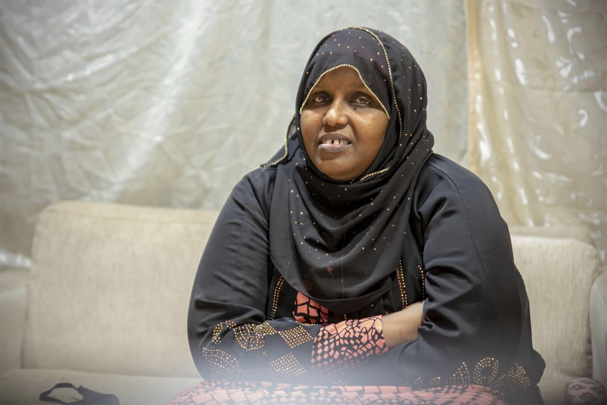 Sahra Mohamud istuu kerhotilan sohvalla
