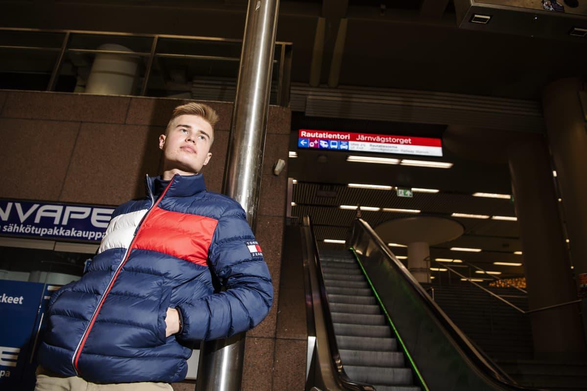 Kuvassa poseeraa Arttu Nousiainen Helsingin keskustassa 11. marraskuuta 2020.