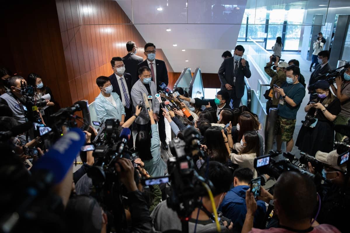 Helena Wong, (vasemmalla), Wu Chi-wai, Andrew Wan, ja Lam Cheuk-ting erosivat vastalauseena Kiinan toimille 12. marraskuuta 2020.