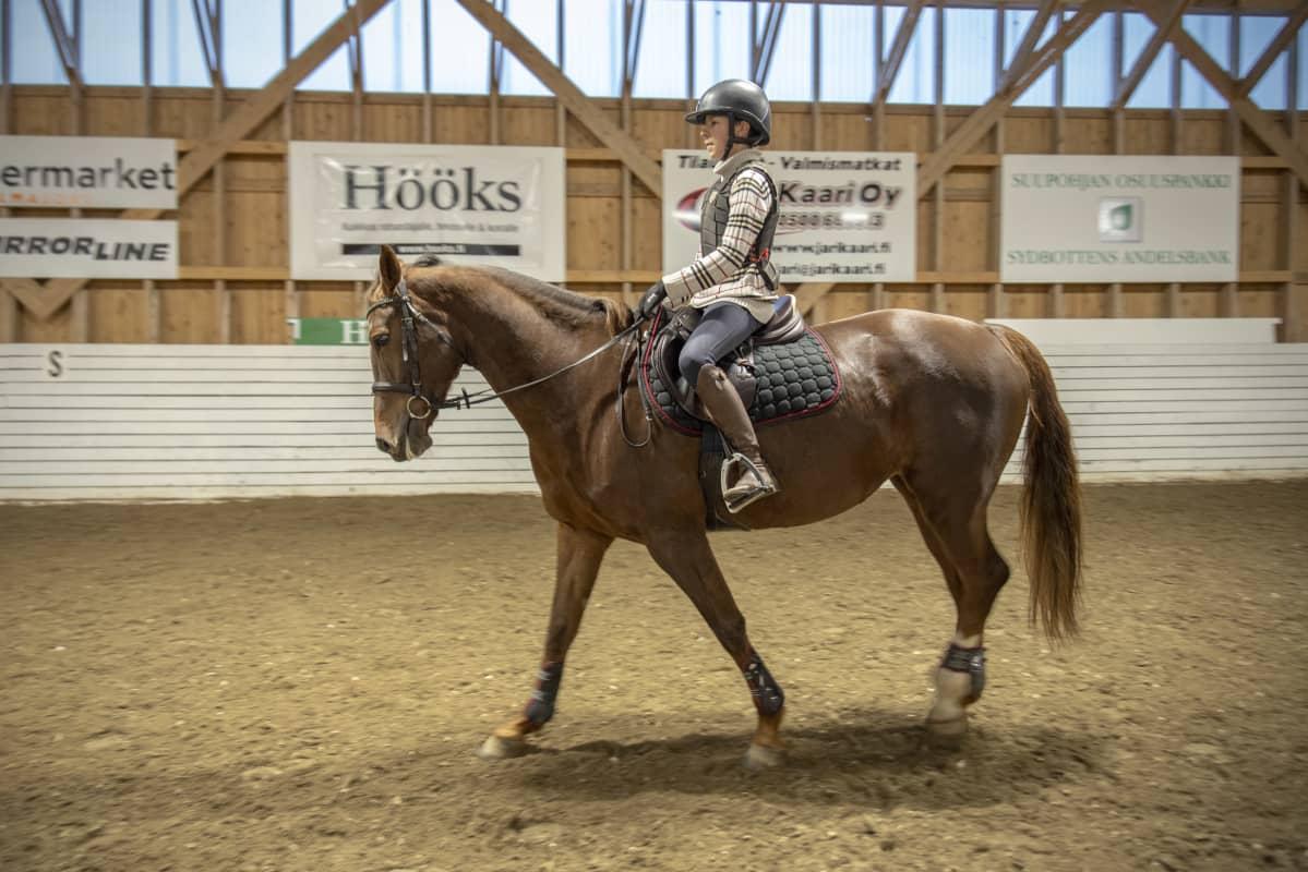 13-vuotias Jone Illi ratsastaa Maisa-hevosella.
